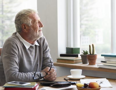 Alter Mann schaut aus Fenter rechts 400x311