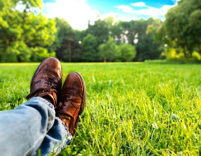 Schuhe mit viel Grass 400x311